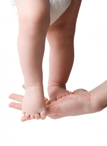 los pies del niño pequeño, fisioinfancia